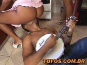 Roludo brasileiro faz festa em casa e come todas as safadas
