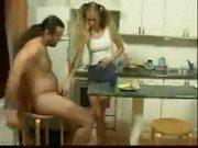 Sexo com a loira teen e o cabeludo na cozinha