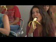 Safada dando aula nesse porno de como chupar uma rola com banana