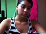 Morena tirando a blusa e mostrando corpo na webcam