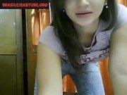 Novinha de jeans mostrando sua xana na webcam