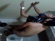 Gata em pé dando ao primeiro namorado no banheiro da festa