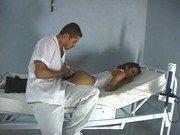 Médico safado examinando a paciente e passando a rola