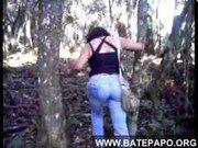 Mulher no meio do mato nesse filme porno dando