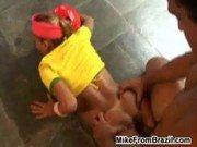 Brasileirinha patriota vestida e transando no chão