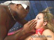 Xxx dessa loira sendo enforcada no sexo interracial e gritando