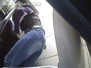Câmera registrando mulheres nuas mijando