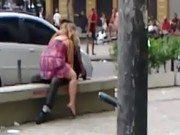Sexo no banco da praça desse casal recém casado