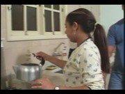 Dotado saradão na cozinha almoçando a empregada