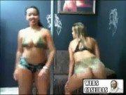 Duas brasileiras mostrando os seios no quarto