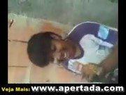 Negrinha chupa o pau do carioca e sorri muito