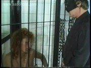 Homem mascarado na piroca em vadia na cela