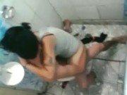 Transa no banheiro público e amigo gravando