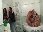 Mulher pega o namorado comendo a mãe na banheira