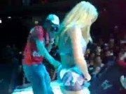 Loira vadia dança e mostra peitões no show