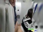 Coroa traçando a teen gostosa no banheiro público