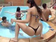 Gata se divertindo ao som de funk na piscina