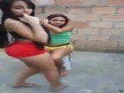 Sensuais adolescentes no quintal de casa dançando