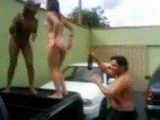 Gatas safadinhas alcoolizadas em cima de carro dançando