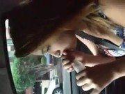 Filmando a loirinha enchendo camisinha no carro