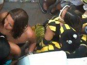 Safada faz oral no meio do bloco no carnaval