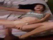 Video porno da adolescente gatinha deitada chupando e trepando