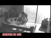 Dotado come secretária no escritório e é filmado