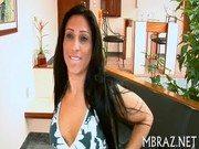 Brasileira de calça colada no corpo toda arrebitada