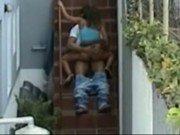 Transa diferente de casal na escada