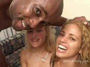 Negão careca com essas duas garotas loiras gulosas