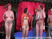 Coroas peladas em cima do palco na festinha