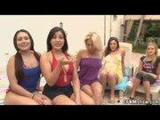 Consolo coletivo entre essas putas bem sedentas de prazer