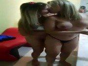 Duas ninfetas loirinhas na transa lésbica amadora