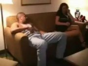 Gordinha com careca moreno no sofá fazendo amor gostoso