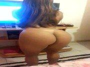 Ninfeta bem bronzeada rebolando na frente da tv