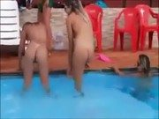 Xxx de gatinha amadoras na piscina caiu no zap