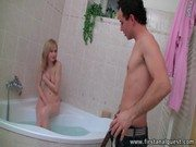Xnxx de magrinho com a teen gata na banheira