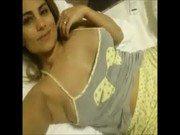 Vídeo da brasileira Márcia gravando de pijama na cama