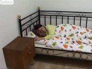 Novinha apagada na cama é acordada e leva ejaculada