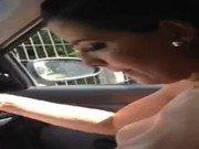 Peituda fica pelada dentro do carro trocando biquini