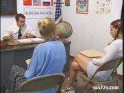 Mamãe vendo sua filha novinha dando ao professor