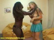 Negra e loira brigando para transar gostoso