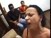 Corno vendado com sua mulher batendo boquete em dois