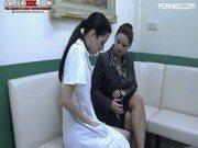 Enfermeira faz cabeça da paciente para foder com o médico