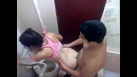 Novinha no banheiro da casa de sua tia transando
