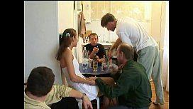 Safada bebe com os amigos do tio e depois é arrombada