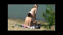 Loira cavalgando na rola na praia