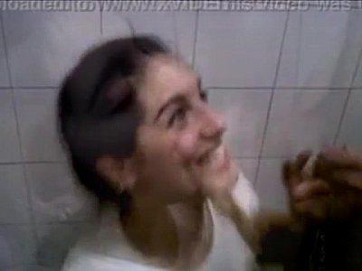 A colega gostosa pagando boquete no banheiro