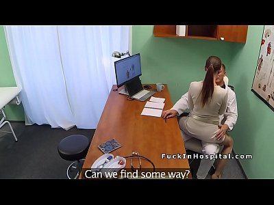 Assistente fodendo com patrão médico no consultório