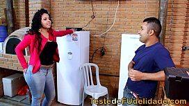 Brasileira dona de casa seduzindo técnico da tv a cabo